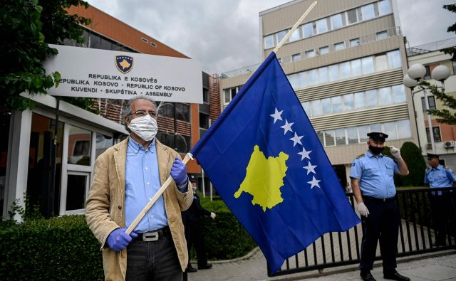 Po navedbah Hotija je odločitev začasna, ker bo Priština znova uvedla omejitve, če Beograd ne bo končal kampanje prepričevanja držav, naj prekličejo priznanje Kosova. Foto: AFP