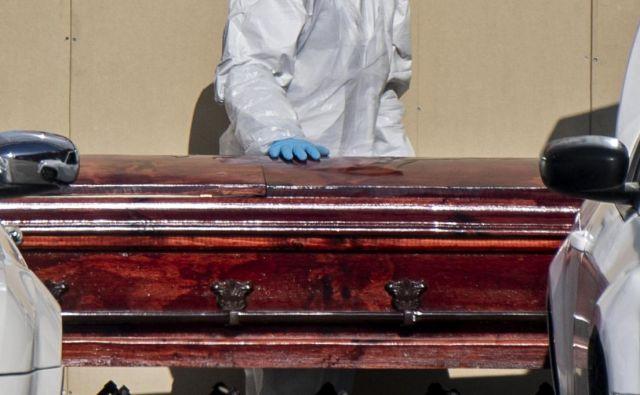 Število mrtvih je preseglo 400.000. FOTO: Martin Bernetti/Afp