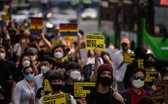 Protestniki so danes v prestolnici Južne Koreje izrazili podporo žrvam rasizma in polcijskega nasilja v ZDA. FOTO: Ed Jones/AFP