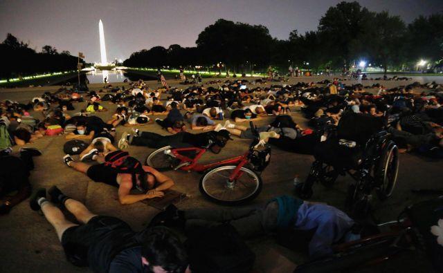 Protestno ležanje ob Lincolnovem spomeniku v Washingtonu. FOTO:Joey Roulette/Reuters