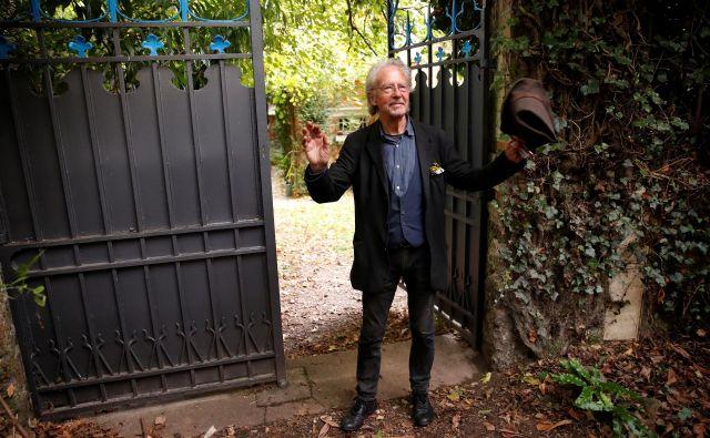 Handke v Chavillu blizu Pariza lani oktobra, ko je postala znana odločitev švedskih akademikov o Nobelovi nagradi za literaturo. Foto Reuters