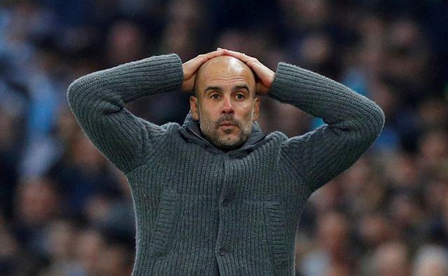 Pep Guardiola se upravičeno drži za glavo zaradi težav Manchester Cityja. FOTO: Reuters