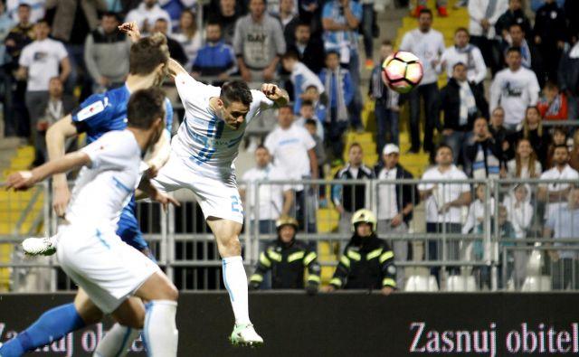 Navijači bodo spet uživali v nogometu na stadionih, torej kot na tej tekmi med Rijeko in Dinamom na Rujevici. FOTO: Matej Družnik/Delo