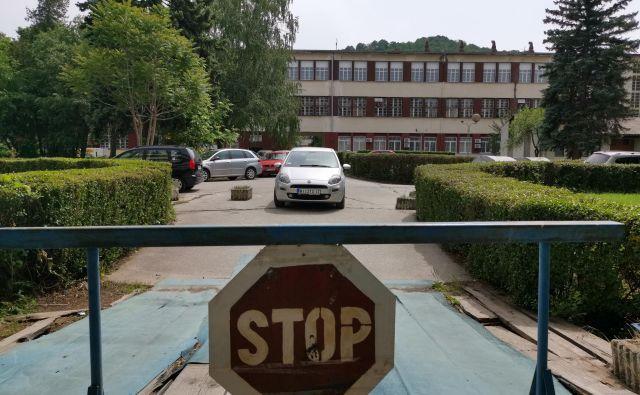 Glavni vhod v upravno zgradbo nekdanjega giganta EI Niš, v okviru katerega je delovalo kar 130 podjetij, je danes zaprt. FOTO: Milena Zupanič