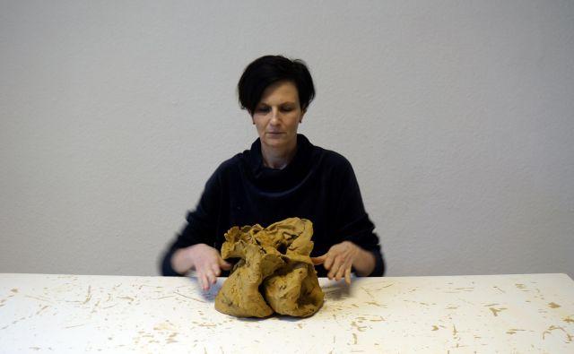 Medtem ko je bil dotik prepovedan, se je Tanja Lažetić ukvarjala prav z njim. Kako dotik spremeni posodi iz gline? Fotografija Danijela Pivasević Tenner