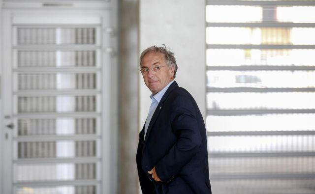 Aleš Hojs med prihodom na redno sejo vlade. FOTO: Matej Družnik
