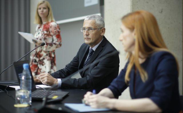 Viceguverner Banke Slovenije Jožef Bradeško in direktorica analitsko raziskovalnega centra BS Arjana Brezigar Masten (desno) sta predstavila najnovejše napovedi centralne banke. Foto Jure Eržen