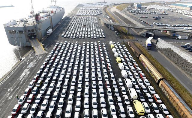 Nemški zunanjetrgovinski presežek (generirali so ga tudi avtomobili), ki so ga v zadnjih dveh letih mnoge države ostro napadale, še posebej ostro na primer ameriški predsednik Donald Trump, se je aprila skrčil na vsega 3,5 milijarde evrov. Foto Fabian Bimmer/Reuters