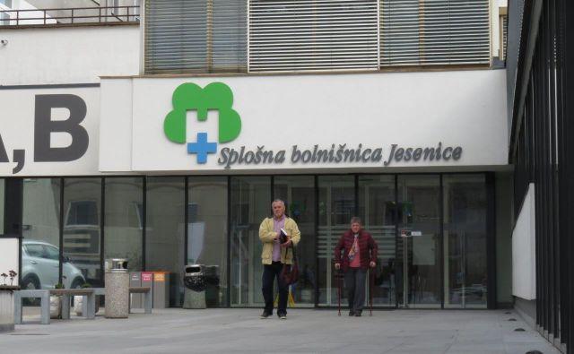 Jeseniška bolnišnica je za obiskovalce še vedno zaprta. FOTO: Blaž Račič