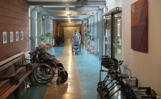 Težava po mnenju stroke ni ta, da se je med pandemijo covida-19 ocena zdravstvnega stanja pripravila in izvajala. »Ključna težava je dejstvo, da tovrstna presoja ni bila opravljena že prej.« FOTO: Voranc Vogel/Delo