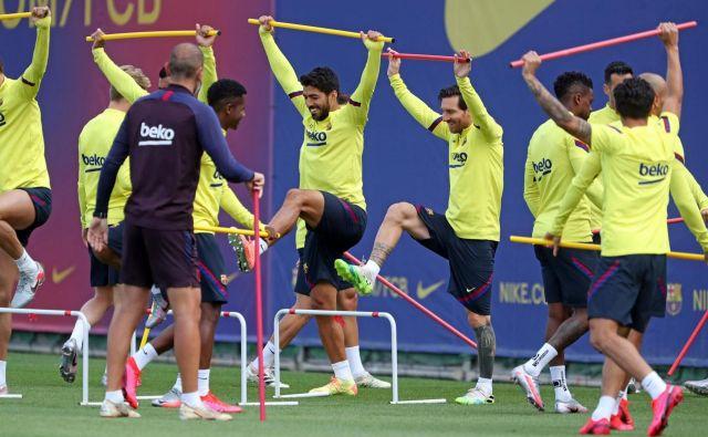Lionel Messi in Luis Suarez na treningih ne skrivata dobre volje, kar je odličen znak za navijače Barcelone. FOTO: Miguel Ruiz/AFP
