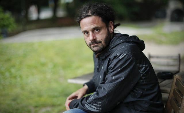 Siniša Gačič, novinar in filmski režiser, avtor dokumentarnega filma <em>Hči Camorre</em>, je pri sebi opazil premik interesa od družbenih gibanj k snemanju intimnih zgodb posameznikov. FOTO: Uroš Hočevar/Delo