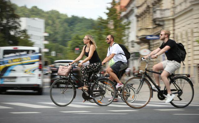 Občine ugotavljajo, da lahko rešijo prometne zagate tudi z bolje urejenimi kolesarskimi stezami. FOTO: Jure Eržen/Delo