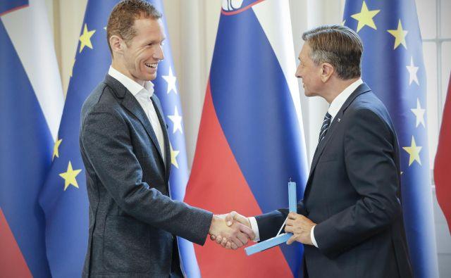 Predsednik republike Slovenije Borut Pahor je kapetanu odbojkarske reprezentance Tinetu Urnautu izročil državno odlikovanje. FOTO: Uroš Hočevar/Delo