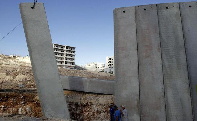 Naslednji korak – še pred nekaj let popolnoma nepredstavljiva izraelska priključitev Zahodnega brega – je zato in v kontekstu spremenjenih mednarodnih odnosov, kjer močnejši brez sankcij lahko počne, kar si zaželi, postal samoumeven. In neizogiben. FOTO: Ammar Awad/Reuters