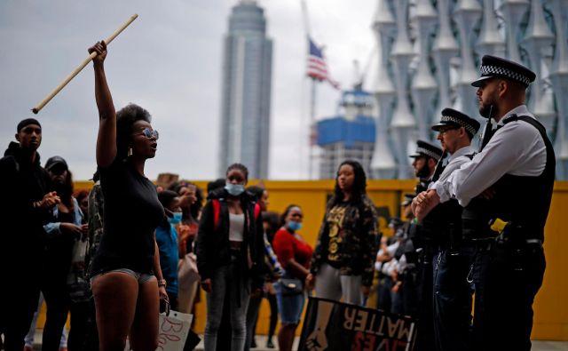 Protestniki pred ameriškim veleposlaništvom v Londonu so vzklikali gesla proti rasizmu. FOTO: Tolga Akmen/AFP
