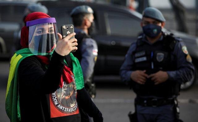 Prek družbenih omrežij protestniki neposredno poročajo o dogajanju na ulicah. FOTO: Bruno Kelly/Reuters