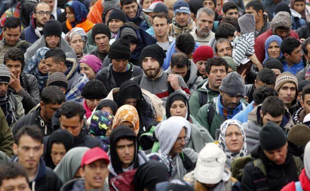 Ustavno sodišče je razverjavilo del 10. člena zakona o tujcih zaradi kršitve načela nevračanja in ker je zavračanje prošenj za azil nedopustno tudi ob množičnih migracijah. Vprašanje je, ali novi predlog sledi temu. FOTO: Matej Družnik/Delo
