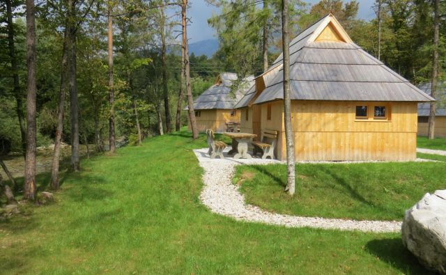 Štiri lično izdelane lesene hišice, podobne tistim z Velike planine, so postavljene na priobalnem zemljišču. FOTO: Bojan Rajšek/Delo