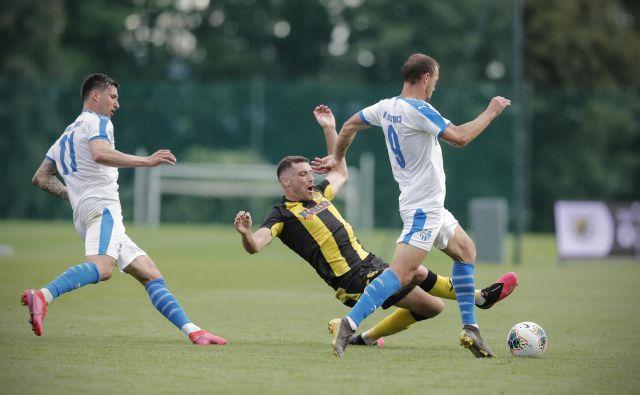 Takole so se v eni od akcij na Brdu borili za žogo Alen Ploj (št. 11), Luka Guček (št. 29) in Jaka Bizjak (št. 9). FOTO: Uroš Hočevar