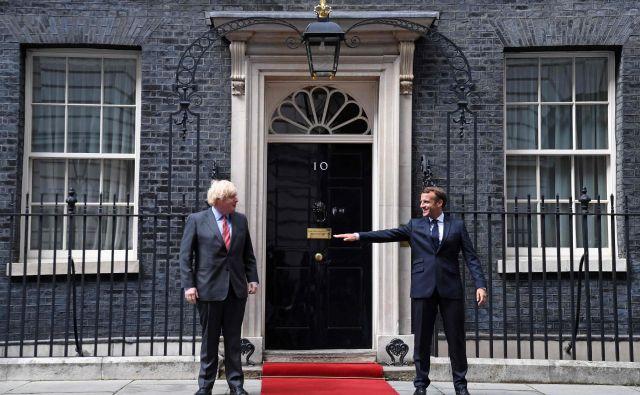 Boris Johnson in Emmanuel Macron med ohranjanjem varne razdalje pred vhodom v Downing Street 10. Foto: Daniel Leal-olivas/Afp
