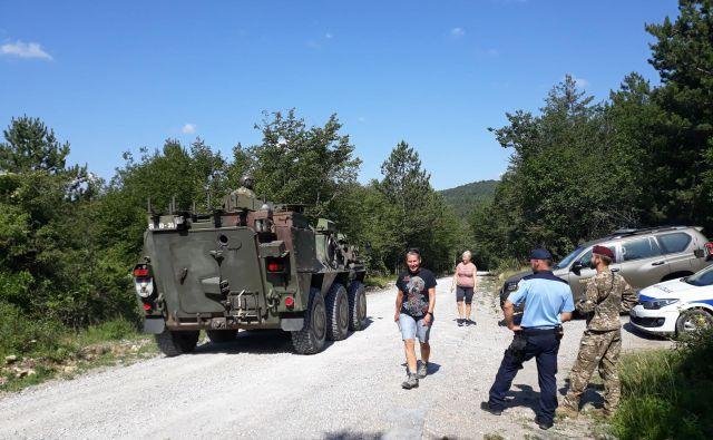 Vojska na meji pomaga policiji tudi z oklepniki. Foto Slovenska vojska