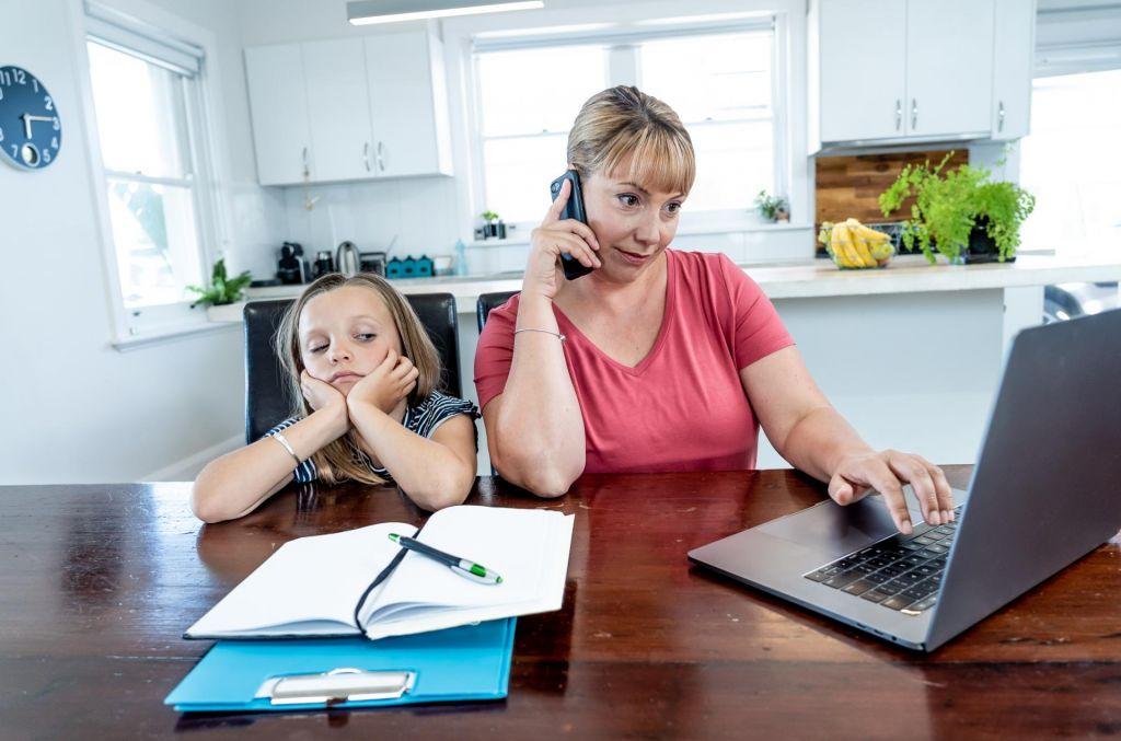 Naj hčerko šolava doma ali jo pošljeva v šolo?