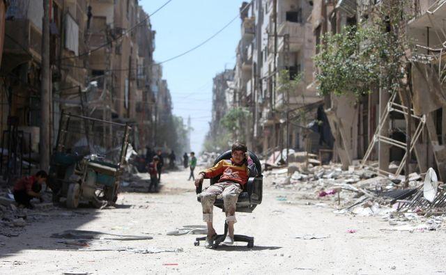 Sirski vsakdanjik v mestu Douma na obrobju Damaska.<br /> FOTO: Reuters