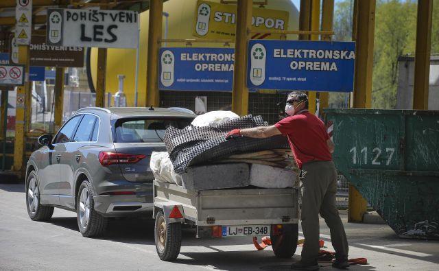 V Voki Snagi prosijo občane, naj odpadke razvrstijo že doma. FOTO: Jože Suhadolnik/Delo