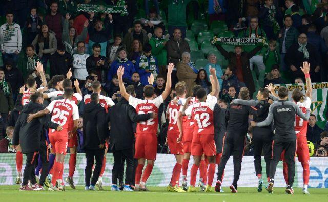Nogometaši Seville so se takole novembra veselili zmage nad igralci Reala Betisa. FOTO: AFP