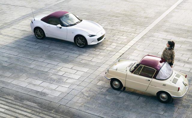 Sto let Mazde: na simbolni fotografiji legendarni in še danes aktualni roadster MX-5 ter prva mazda R360 izpred šestdesetih let. FOTO: Mazda