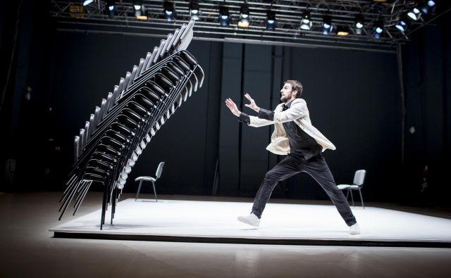 Otvoritvena predstava prihaja iz Češke. Njen avtor je Viktor Černický. V njej nastopajo 22 konferenčnih stolov, obsesiven ritem in predan moški.  Foto Vojtěch Brtnický
