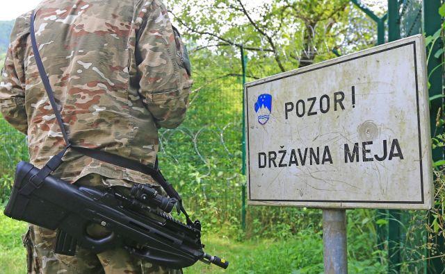 Vojaki lahko patruljirajo ob meji, a nimajo drugih pooblastil. FOTO: Tomi Lombar/Delo