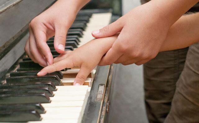 Pravega položaja prstkov na klaviaturi se je po spletu težko naučiti. Foto SHUTTERSTOCK
