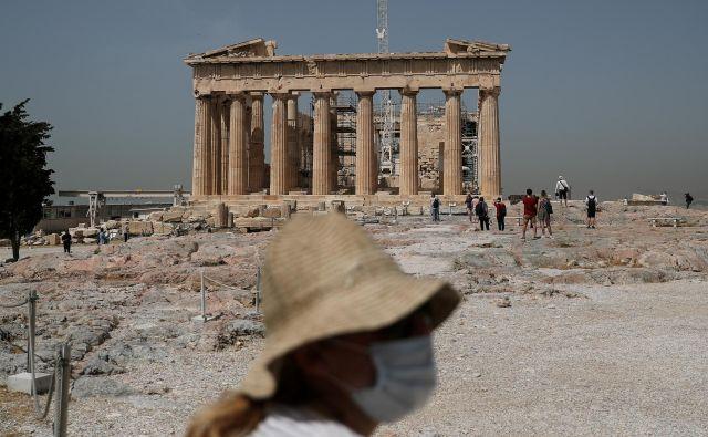 Obrazne maske so stalnica grškega turizma. Od uspeha sezone je odvisna finančna sposobnost Grčije. FOTO: Alkis Konstantinidis/Reuters