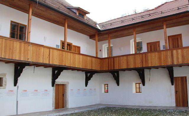 Na notranjih dvoriščih so popolnoma dotrajane lesene ganke zamenjali z novimi, macesnovimi, ki so bili izdelani po izvirniku. Foto Simona Fajfar