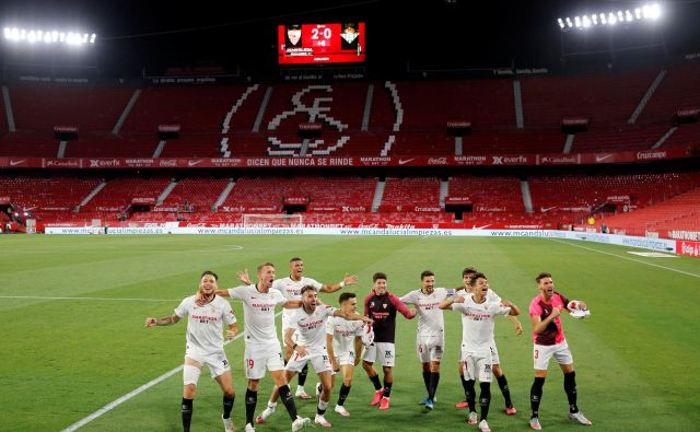 Nogometaši Seville so se na praznem štadionu veselili zmage v mestnem derbiju proti Betisu. FOTO: Marcelo del Pozo/Reuters