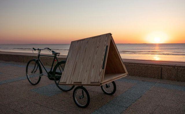 Večnamenska prikolica za kolo, ki je lahko uporabna kot miza za piknik, klop, postelja za sončenje, podloga za jogo, hiška za domače živali, oder za urbane glasbenike, šotor za otroke …, je nastala v urugvajskem arhitekturnem studiu MAPA. FOTO: Tali Kimelman