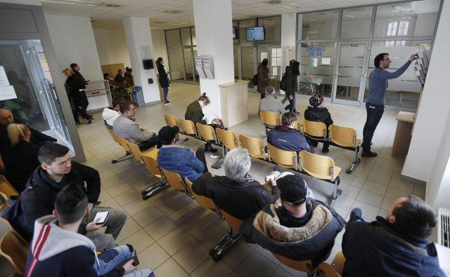 Na ljubljanski upravni enoti bodo do konca septembra zamenjali več kot 20.000 osebnih dokumentov. Strankam svetujejo, naj se naročijo po elektronski poti in se tako izognejo čakanju. Foto: Leon Vidic