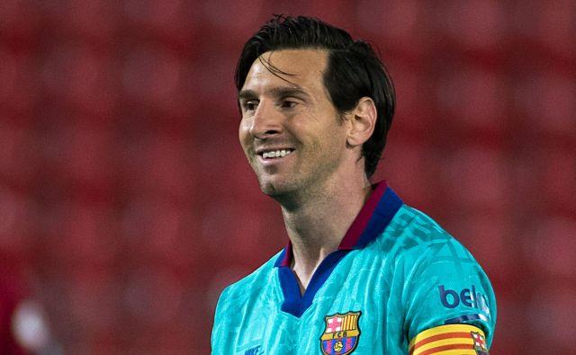 Lionel Messi je tudi po trimesečnem premoru predober za svoje čuvaje. V nekaterih akcijah ga nista mogla ustaviti niti dva. Foto Jaime Reina/AFP