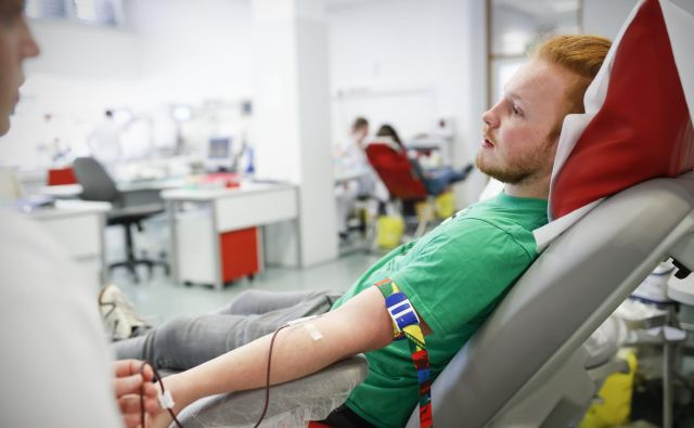 Študenti pogosto sodelujejo v krvodajalskih akcijah, ki jih za zavod za transfuzijo organizira Rdeči križ. FOTO: Uroš Hočevar