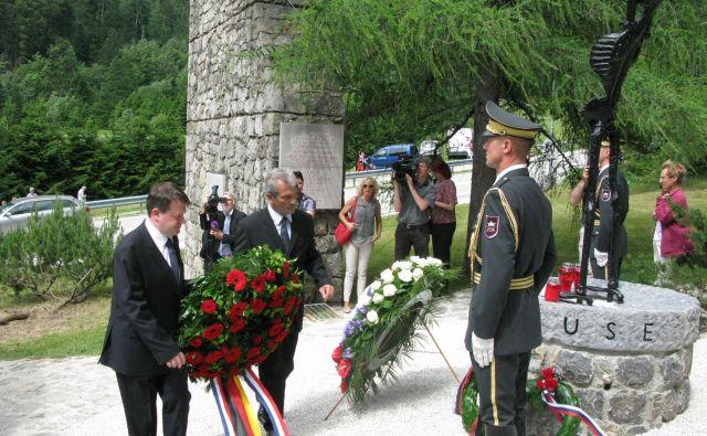Nekdanji francoski veleposlanik v Sloveniji Pierre-François Mourier in predstavnik nemškega veleposlaništva med polaganjem venca 13. junija 2015. FOTO: Marjana Hanc