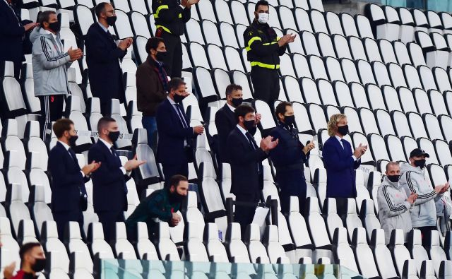 Tudi Juventusov vodstveni štab na čelu spredsednikom Andreo Agnellijem in podpredsednikom Pavlom Nedvedom je moral upoštevati stroga varnostna pravila in je povratni polfinalni dvoboj italijanskega pokala spremljal s tribune skupaj z drugimi člani moštva. FOTO: Reuters