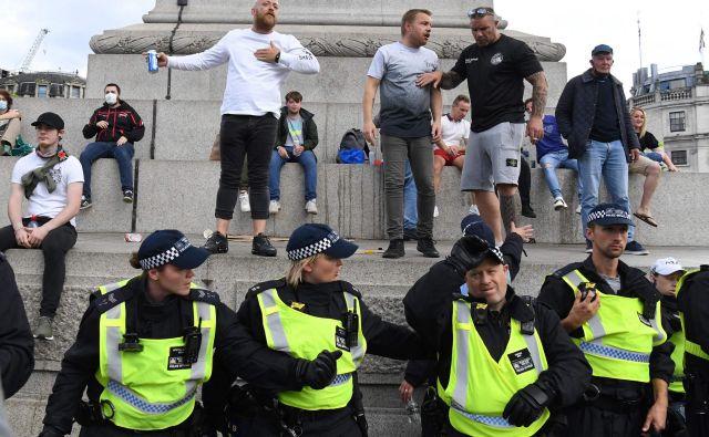 Protestniki zoper rasizem so se danes zbrali ob spomeniku admiralu Horatiu Nelsonu na londonskem Trafalgarskem trgu. FOTO: Daniel Leal-Olivas/AFP