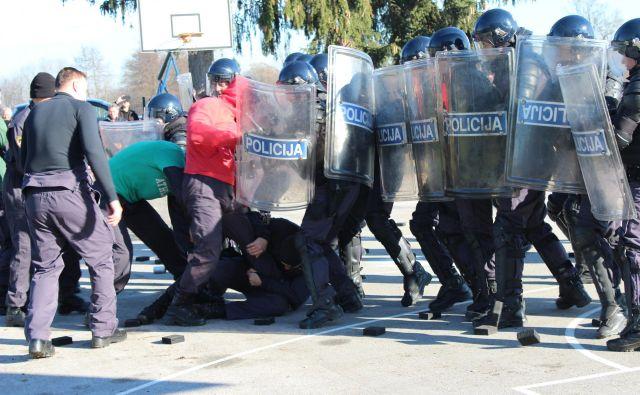 V Željnah je med dvema sprtima romskima tabora morala posredovati policija. Fotografija je simbolična. FOTO: Oste Bakal