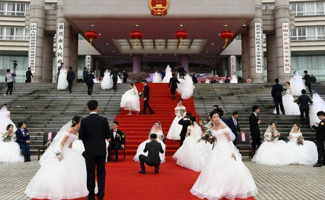 Med 1,4 milijarde ljudi, kolikor jih je na Kitajskem, je med mlajšimi od 40 let okoli 34 milijonov moških več kot žensk. Na vsakih 100 deklic se na Kitajskem rodi 117 dečkov. FOTO: Reuters