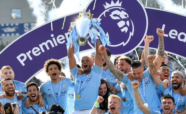 Takole so se lanskega 12. maja veselili naslova angleškega prvaka nogometaši Manchester Cityja. Letos bodo predali lovoriko nasledniku. FOTO: Toby Melville/Reuters
