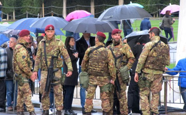Podobno kot v Sloveniji, tudi v Italiji vojaki pomagajo pri varovanju meje, danes so zašli s prave poti in pristali v Sloveniji (slika je simbolična). Foto Jerman Vladimir