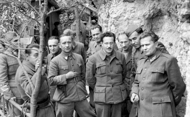 Tito in tovarišija s predstavniki britanske misije v Drvarju, nekaj dni pred ofenzivo. FOTO: Wikipedija