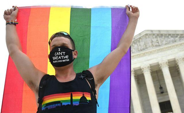 Protestnik za pravice LGBT+ delavcev pred ameriškim vrhovnim sodiščem v prestolnici Washington.Foto Jim Watson/Afp